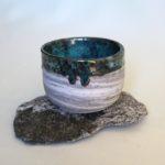 Tazza in grès e porcellana con smalto artigianale, eseguita al tornio.