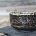 Ciotola in grès nero realizzata al tornio, con smalto artigianale effetto roccia.
