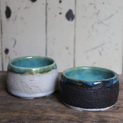 Coppia di ciotoline internamente in porcellana, in grès molto ruvido all'esterno. Smalto artigianale.